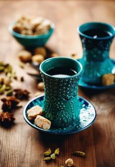 Thé ou vin chaud avec diverses épices