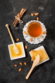 Thé vue de dessus avec du miel