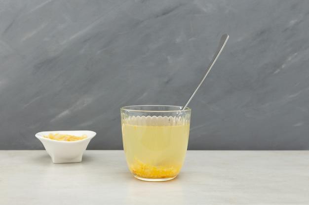 Le thé yuja-cha ou yuja est un thé au citron traditionnel coréen fabriqué en mélangeant de l'eau chaude avec du yuja-cheong (marmelade de yuja).