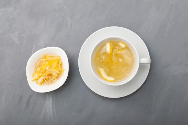 Thé yuja ou thé yuzu sur fond gris, vue de dessus.