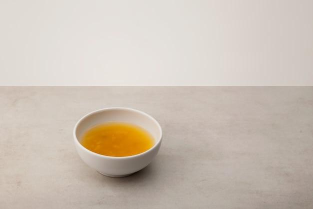 Le thé yuzu ou le thé yuja est un thé au citron asiatique populaire fabriqué en mélangeant de l'eau chaude