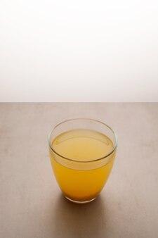 Thé yuzu ou thé yuja en verre vue de dessus selective focus