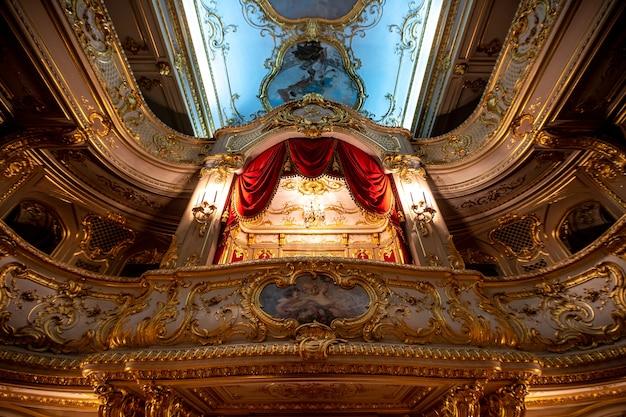 Un théâtre dans le palais royal de la ville de saint-pétersbourg en russie.