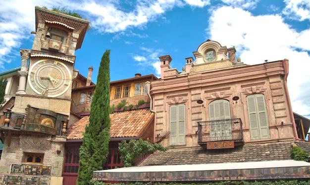 Théâtre de marionnettes dans le vieux tbilissi. tour de chute de rezo gabriadze.