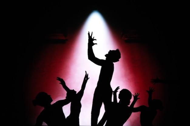 Théâtre d'ombres. silhouettes de personnes