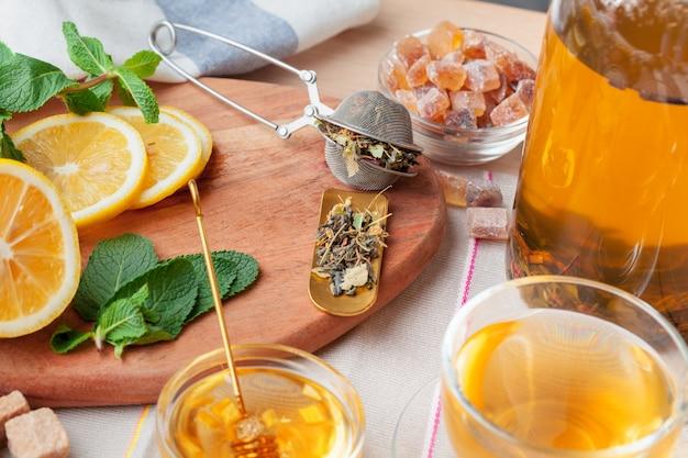 Théière chinoise théière citron gingembre miel sur nappe légère. cérémonie du thé