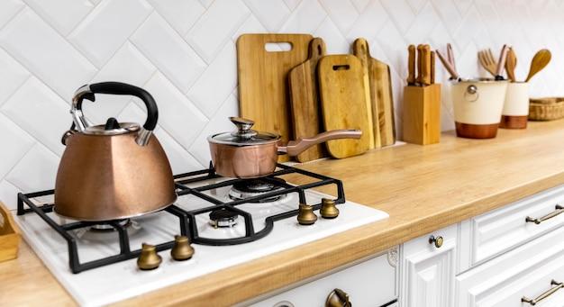 Théière sur la conception intérieure de cuisinière de cuisine