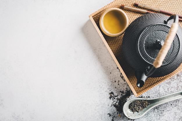 Théière avec du thé sur brillant