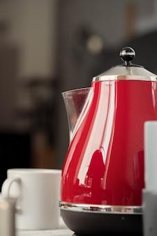 Théière électrique rouge de style vintage à l'intérieur de la cuisine