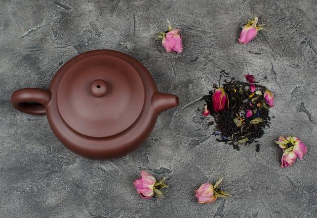 Théière et feuilles de thé