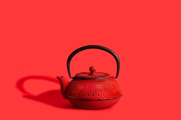 Une théière japonaise rouge