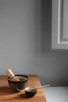 Théière et service à thé sur plateau en bois