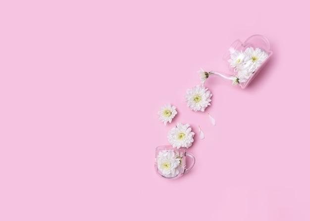 Théière et tasse avec des fleurs de chrysanthème