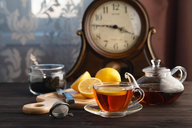 Théière, tasse et thé chaud.