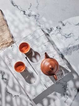 Théière et tasses à thé sur la table