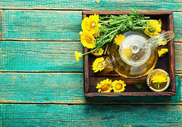 Théière avec thé aux fleurs fraîches, infusion de thé