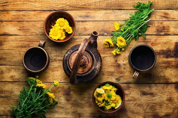 Théière avec thé aux fleurs fraîches, vue de dessus