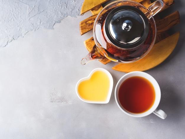 Théière de thé rouge et miel