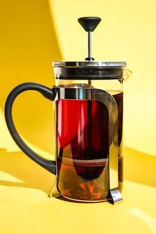 Théière en verre avec thé d'hibiscus chaud thé aux fruits frais et épicé aux herbes, fleurs de rose, chaud