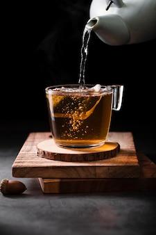 Théière, verser, thé, gros plan