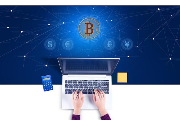 Thème bitcoin avec femme travaillant sur un ordinateur portable