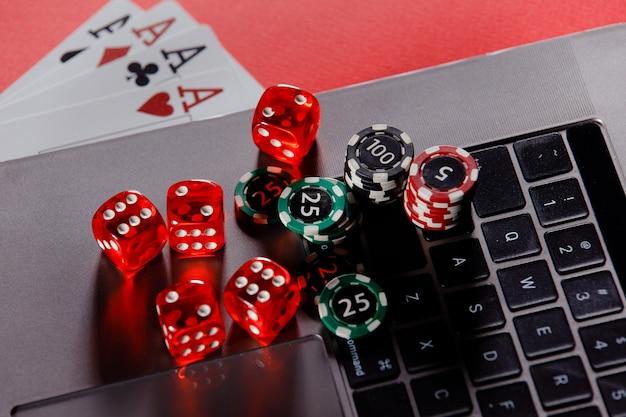 Thème de casino de poker en ligne. jetons de jeu avec des dés et des cartes à jouer en gros plan.