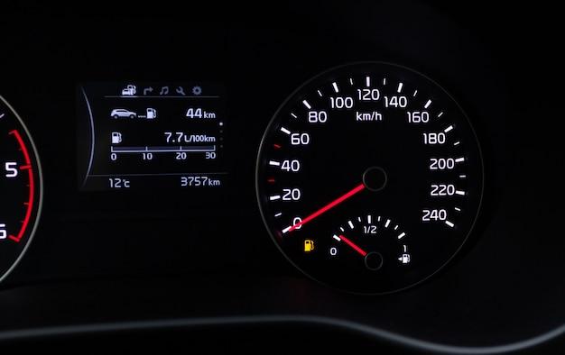 Thème de la consommation de carburant. indicateur de réservoir vide sur le tableau de bord de la voiture