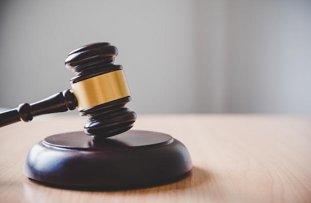 Thème de droit, maillet du juge, agents des forces de l'ordre, cas fondés sur des preuves et documents pris en compte.