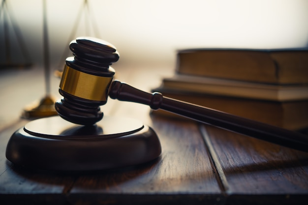 Thème du droit, maillet du juge, agents des forces de l'ordre, cas fondés sur des preuves et documents pris en compte.
