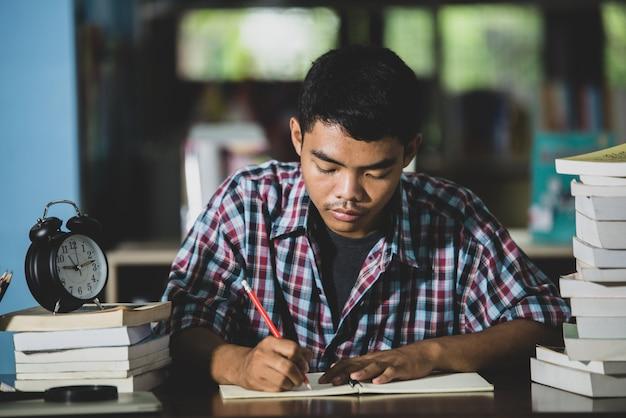 Thème éducatif: close-up des étudiants écrivent dans une salle de classe.