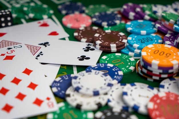 Thème golden casino. casino roulette, jetons de poker sur une table de jeu