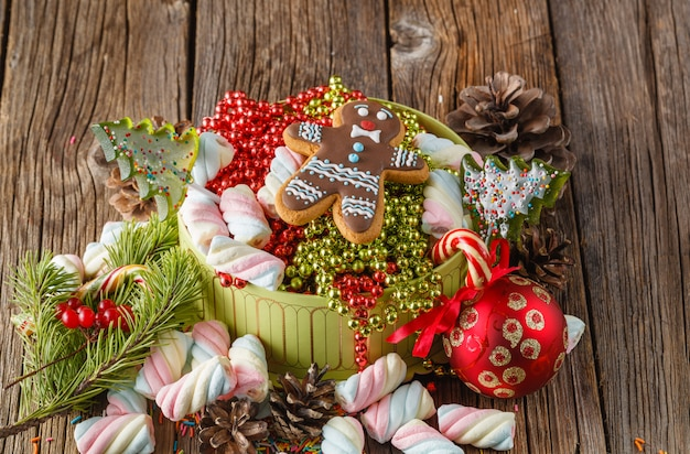 Thème de noël. pin et boule rouge sur table en bois