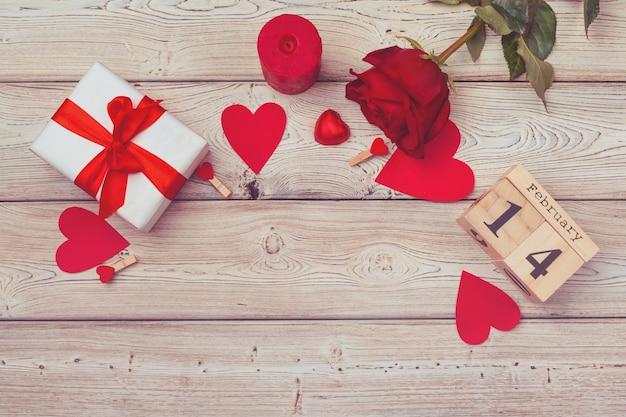 Thème saint valentin avec calendrier de bloc de bois
