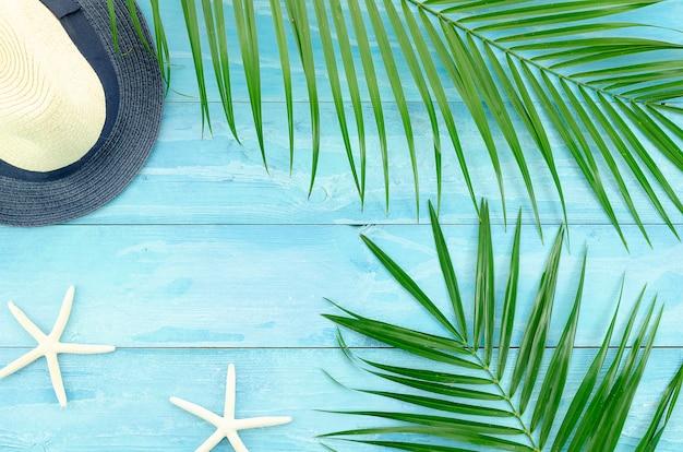 Thème de voyage d'été avec des branches de palmier