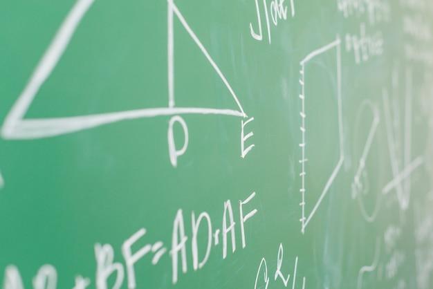 Théorème écrit à la craie blanche à la commission scolaire