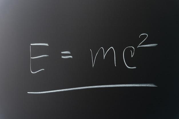 Théorie de la théorie de la relativité écrite au tableau