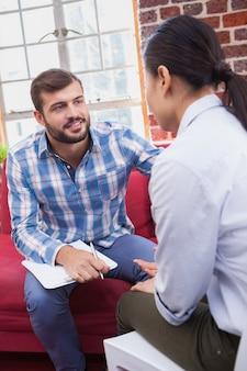 Thérapeute conseillant son patient à l'écoute