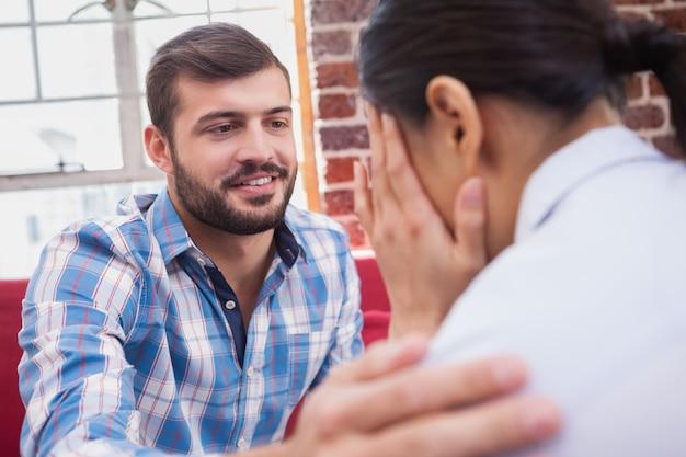 Un thérapeute conseille son patient qui pleure