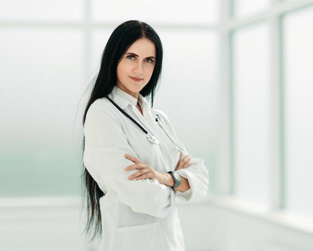 Thérapeute debout près de la fenêtre de l'hôpital