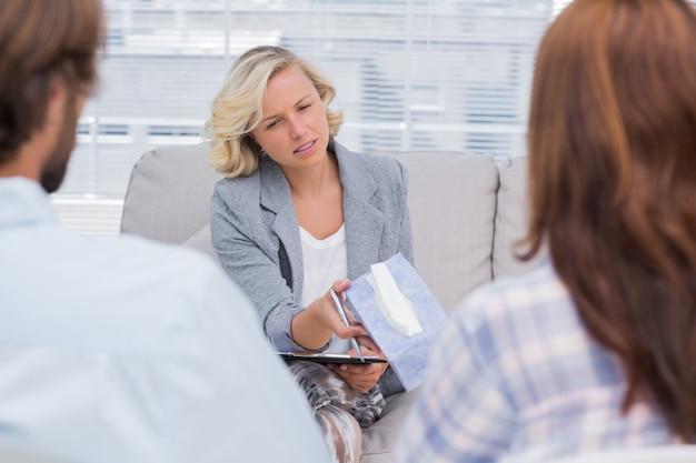Thérapeute donnant du tissu à une femme