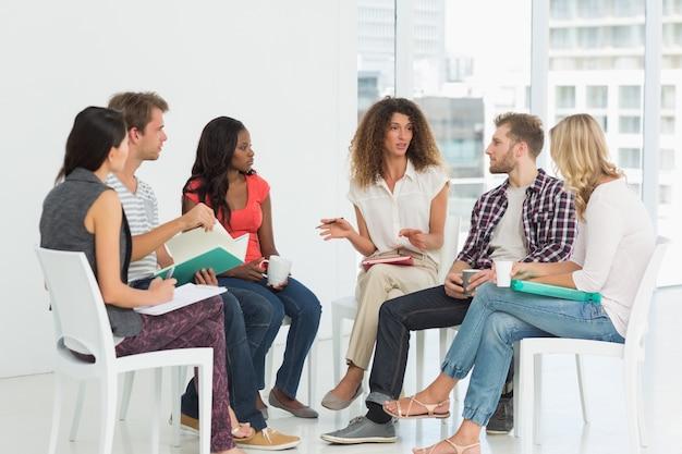 Thérapeute parlant à un groupe de réadaptation