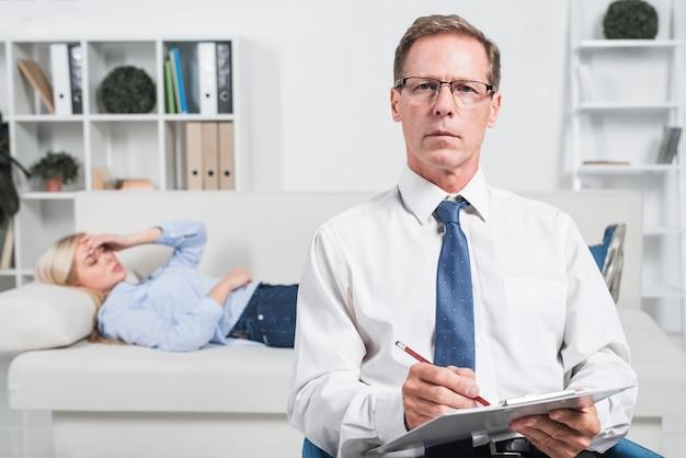 Thérapeute avec patient