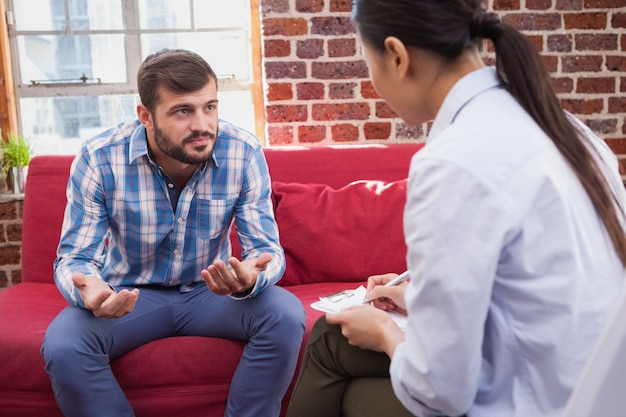 Thérapeute prenant des notes sur son patient