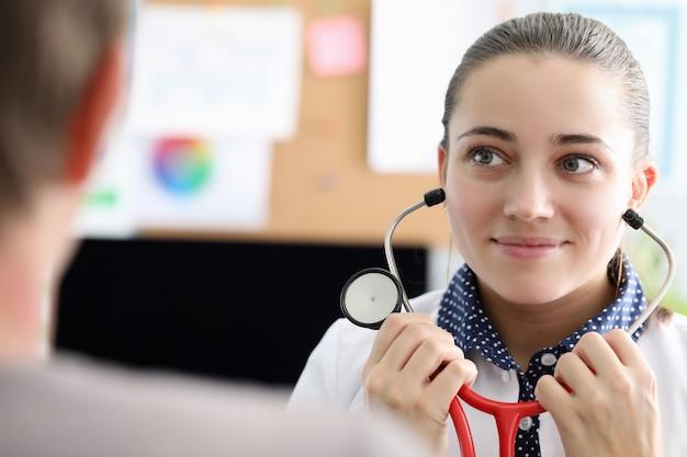 Le thérapeute retire les écouteurs du stéthoscope