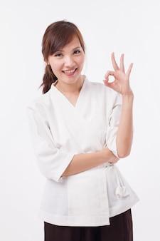 Thérapeute spa donnant le geste de la main ok