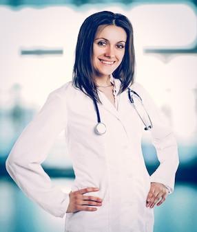 Thérapeute avec un stéthoscope sur le fond du bureau de l'hôpital