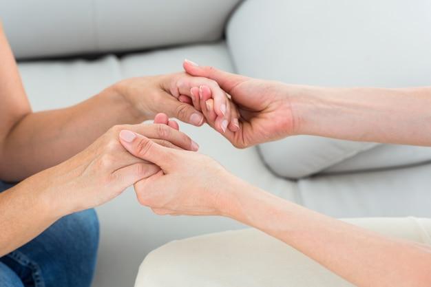 Thérapeute tenant ses mains de patients