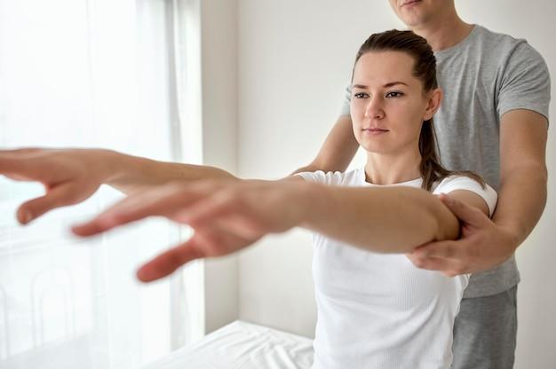 Thérapeute en thérapie physique avec patiente