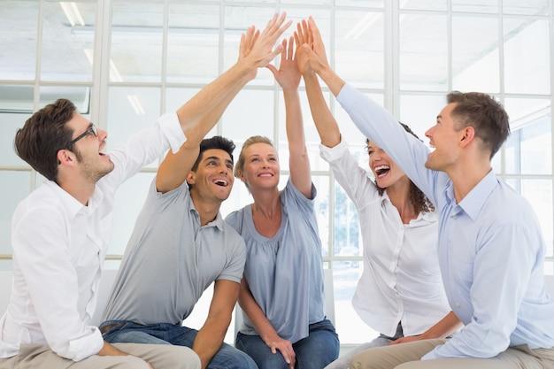 Thérapie de groupe en séance assis dans un cercle haute fiving