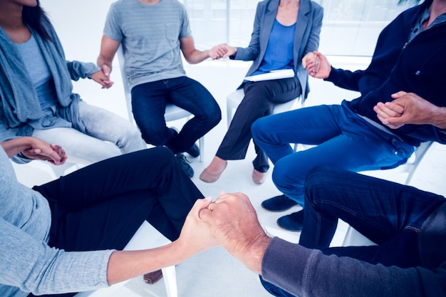 Thérapie de groupe en séance assis dans un cercle